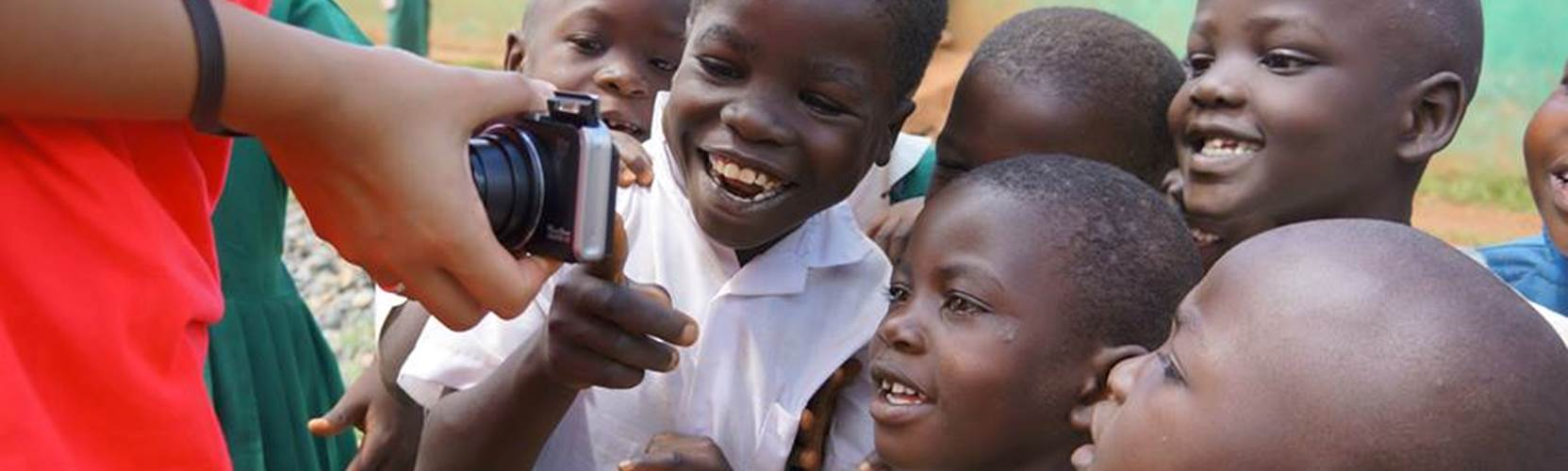 Kenya - Kids see their photo!