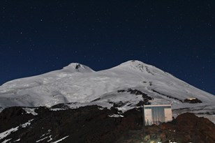 Elbrus at night_Twin peaks.jpg