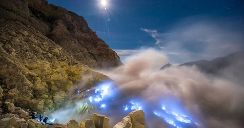 blue fire in ijen crater.jpg